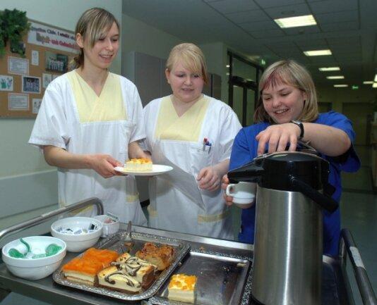 Lisa Oelschlägel, Julia Scheuner und Sandra Hortenbach (v. l.) absolvieren derzeit ihr Freiwilliges Soziales Jahr im Rochlitzer Krankenhaus und versorgen dort auch Patienten mit Kaffee und Kuchen.