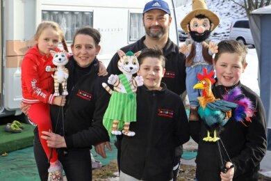 Die gestrandete Puppenspielerfamilie Nadine und Edmund Brumbach mit den Kindern Kathy, Janito und Antonio.