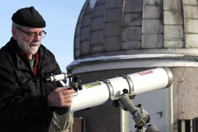 Hans-Dieter Köhler richtet ein Spiegelteleskop mit speziellen Filtern für die Beobachtung der Sonne ein.