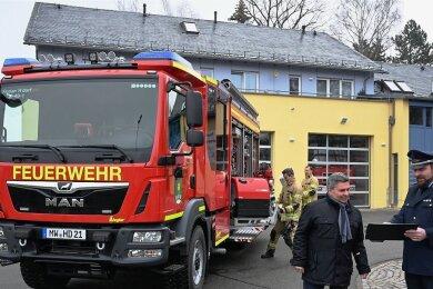 Das HLF 20 - das neue Einsatzfahrzeug der Hartmannsdorfer Wehr. Bürgermeister Uwe Weinert (vorn links) hat es jetzt mit Gemeindewehrleiter Renè Böhme begutachtet.