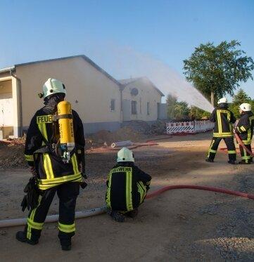 Die Feuerwehr - hier bei einer Übung - soll Bekleidung und Ausrüstung erhalten.