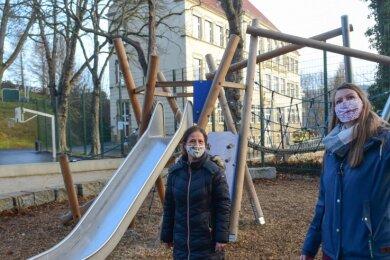 Das Klettergerüst auf dem Einsiedler Schulhof ist bei Grundschülern beliebt. Lehrerin Anna Wegener (r.) und Monika Gerth vom Förderverein freuen sich über die nun erfolgte Sanierung des Geländes.