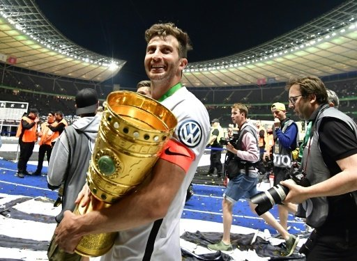 David Abraham mit dem DFB-Pokal