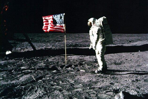 """""""Apollo-11""""-Astronaut Edwin """"Buzz"""" Aldrin steht am 20. Juli 1969 neben einer amerikanischen Flagge auf dem Mond."""