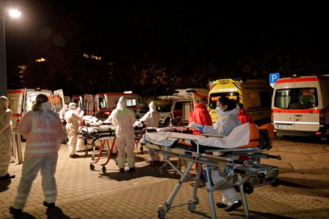 """Die Bewohner des Altenpflegeheimes """"Matthias Claudius Haus"""" werden evakuiert."""