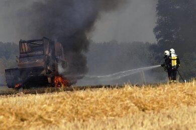 Zur Erntezeit kommt es immer wieder zu Bränden im Vogtland. Das Foto zeigt einen Feuerwehreinsatz aus dem Jahr 2015. Damals hatte eine Strohballenpresse auf einem Feld zwischen Neuensalz und Pöhl Feuer gefangen. Auch in diesem Jahr musste die Wehr bereits wegen einer brennenden Presse ausrücken.