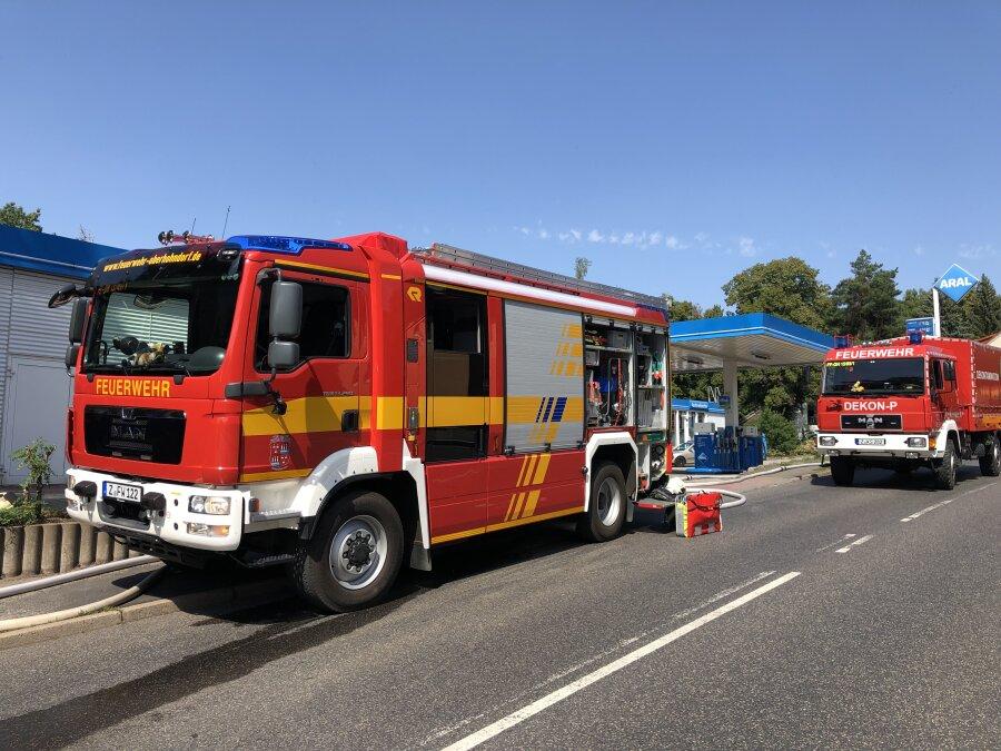 Die Feuerwehrfahrzeuge mussten an der Straße parken.
