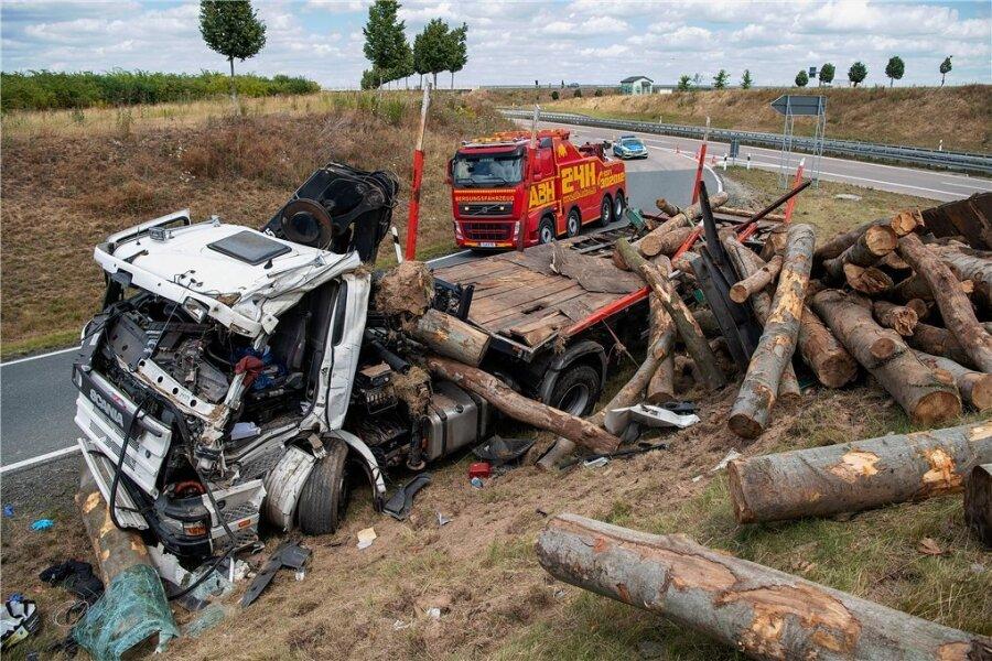 Holztransporter kommt von der Fahrbahn ab: 57-jähriger Fahrer schwer verletzt