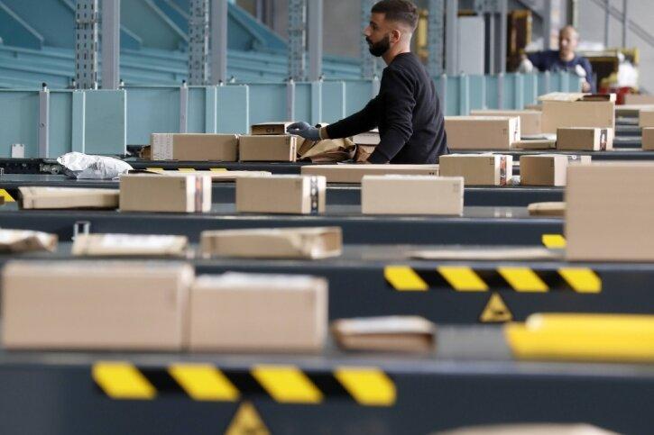Geschlossene Läden bescherten dem Internet- und Versandhandel im vergangenen Jahr einen Umsatzzuwachs. Die Kehrseite: Die Waren werden in Kartons geliefert - und die landen dann oft in den Mülltonnen der Privathaushalte.