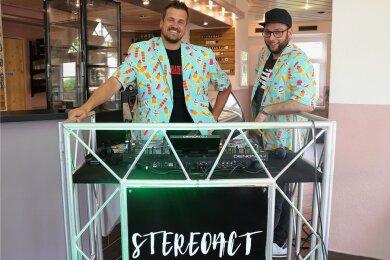 Gastierten gut gelaunt in der Eismanufaktur Kolibri Flöha: Das DJ-Duo Stereoact Rico Einenkel (l.) und Sebastian Seidel.