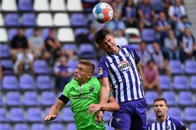 Nichts zu holen gab es für Aues Antonio Jonjic (rechts) gegen Sandhausen mit Aleksandr Zhirov. Der FC Erzgebirge verlor mit 1:3.