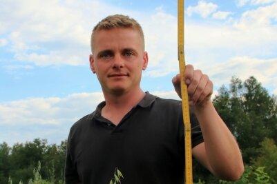 Wie Phillip Weinitzke zeigt, ist der Hafer selbst am Feldrand, wo eher die niedrigeren Pflanzen stehen, bis zu 1,30 Meter gewachsen. Mit Halmstabilisatoren schafft er oft nur die Hälfte.