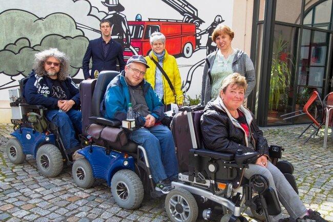 Haben sich anlässlich des Protesttages am 5. Mai vor die Tür gewagt: Mario Wolf, Sven König und Mandy Rauh (vorn von links). Unterstützt wurden sie von Sascha Theile von der Diakonie Auerbach, der Plauener Behindertenbeauftragten Heidi Seeling und Margita Bischof von der Diakonie Auerbach (hinten, von links).