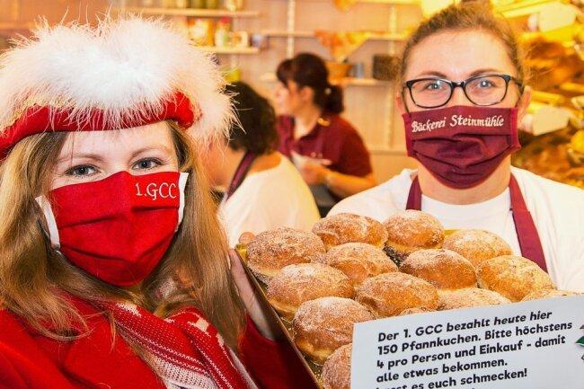 Ina Melzer, stellvertretende Präsidentin des Gelenauer Carnevalsvereins (l.), und Manja Engel, Inhaberin der Bäckerei Steinmühle, haben am Samstag Pfannkuchen verschenkt.