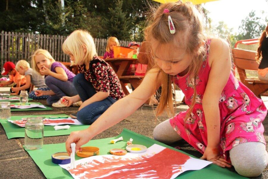 Kinder malen bunte Jahreszeit