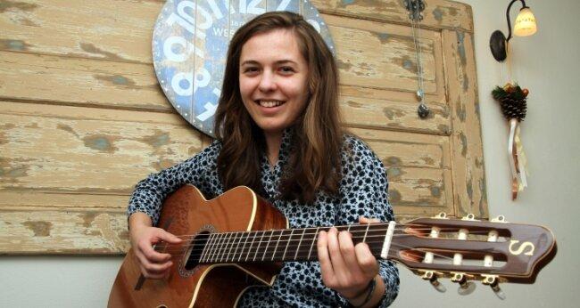 Luise Halbhuber spielt gern Gitarre und singt dazu.
