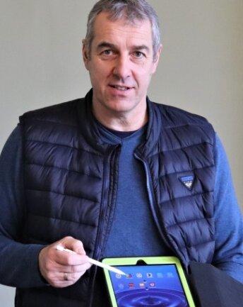 Schulleiter Jörg Erler von der Sahnschule stellt die Funktionen des Tablets vor.