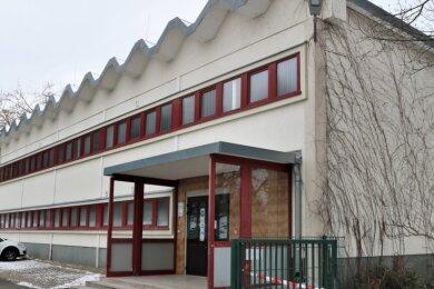 In die Jahre gekommen, zu klein und nicht mehr zeitgemäß: die Sporthalle an der Großwaltersdorfer Straße in Eppendorf. Sie wurde Anfang der 1980er-Jahre errichtet. Ob es einen Hallenneubau gibt, ist noch unklar.