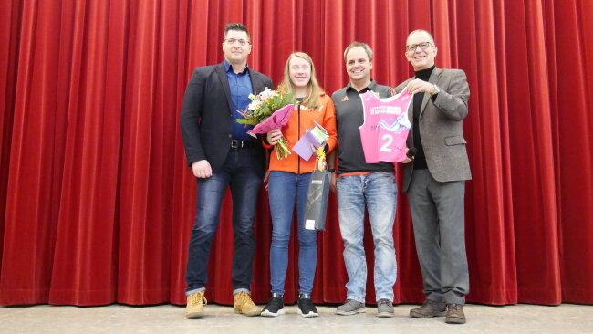 Jung-Talent Jenny Nowak (2.v.l.) mit dem Klingenthaler OB Thomas Hennig (CDU, links) sowie Ronny Kaiser vom Skiverband Sachsen und dem Leiter des Ski-Gymnasiums, Frank-Rainer Richter (rechts).