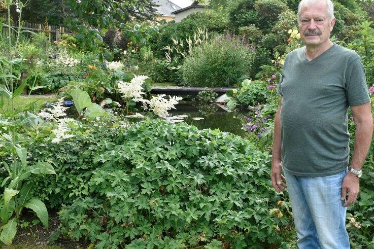 Stephan Biesold vor dem Gartenteich seines Grundstücks in Remtengrün, das er am Sonntag zeigt.