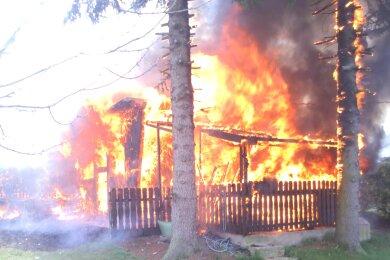 Am Mittwochmittag brannte es in der Gartensparte Lessingstraße in Oelsnitz.