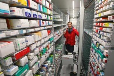 Susan Schwind, medizinisch-technische Assistentin, im Bauch des Apostore A 1000. Im Normalbetrieb kann sie sich hier nicht aufhalten. Dort rast der Greifer mit 120 km/h zwischen den Regalen entlang.