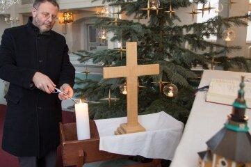 Pfarrer Michael Harzer in der Seiffener Kirche.
