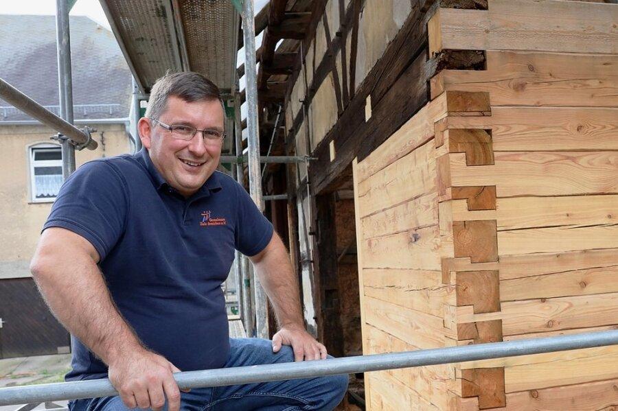 Vereinsgeschäftsführer Jens Juraschka lobt die Arbeit der Handwerker, die auch alte Techniken beherrschen müssen.