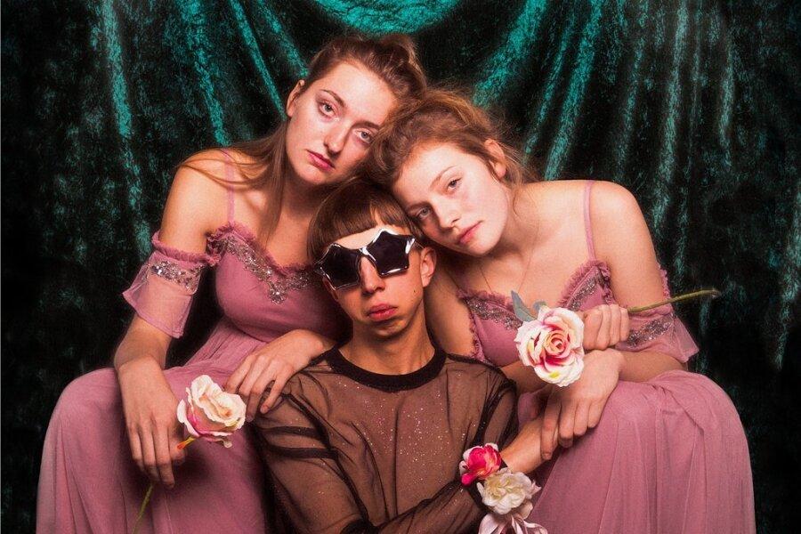 Glamour im Eigenbau: Nina Kummer, Johann Bonitz und Lotta Kummer (von links) sind Blond.