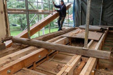 Die Balken über der Gaststube des Landgasthofs Crossen waren eine tickende Zeitbombe, denn ihr Zustand ist kritisch. Die Handwerker konnten sie so verstärken, dass die Gaststätte weiterhin öffnen kann.
