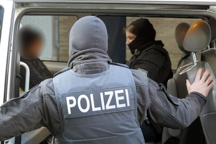 Am Dienstag wurden zehn Wohnungen im Vogtland und im Ruhrgebiet durchsucht und vier Brüder aus einem einschlägig bekannten Familienclan inhaftiert.