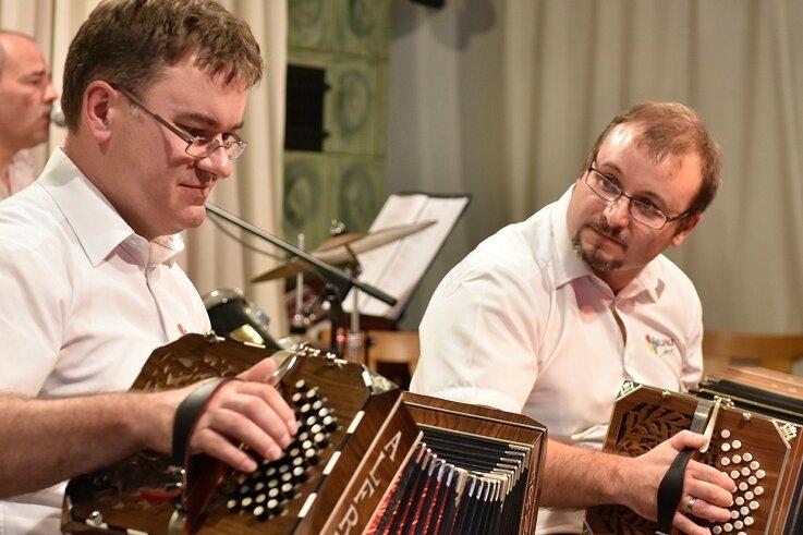 Die Bandoniongruppe Carlsfeld beim Konzert im Walfisch Zwota im September vergangenen Jahres. Auf dem Bild zu sehen sind Robert Wallschläger (rechts), der Vorsitzende des Vereins, sowie Rico Schneider, der musikalische Leiter.