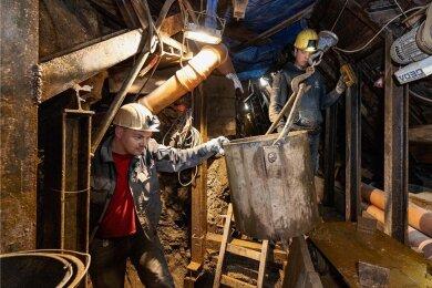 Ein Blick in den Untergrund von Annaberg. Mitarbeiter der Bergsicherung Schneeberg wie Felix Friedrich (r.) und Thomas Pollex erkunden und beräumen bislang unbekannte Anlagen des Altbergbaus.