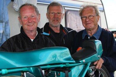 Reiner Steinert (Mitte) umgeben von den niederländischen Grand-Prix-Legenden Jan de Vries (links) und Cees van Dongen.
