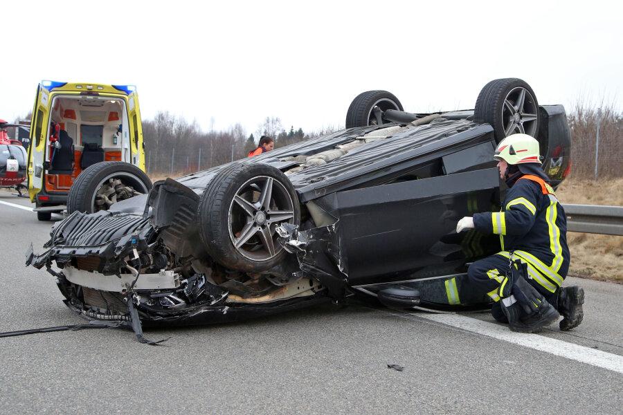 Ein Verletzter, ein totes Schaf und 33.000 Euro Sachschaden sind die Bilanz eines Unfall auf der A 4 bei Hohenstein-Ernstthal.