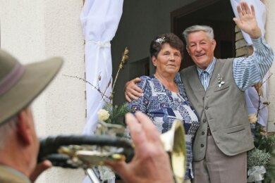 Karin und Horst Hermsdorf bedanken sich für ein Jagdhornkonzert zu ihrer Diamantenen Hochzeit.