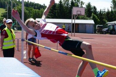 Vor den Augen seiner Mutter Mandy Lindner, die als Riegenführerin der Altersklasse M 12 fungierte, war der für den LV 90 startende Max Luis Lindner aus Lößnitz diesmal im Hochsprung gefordert.