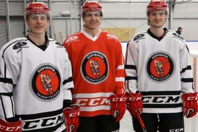 Die jungen Wilden im Zweitliga-Team der Eispiraten haben in dieser Saison bisher gut lachen. Von links nach rechts: Energiebündel Willy Rudert, Spaßvogel Lucas Böttcher und Vollstrecker Marius Demmler.