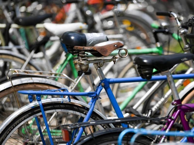 Fahrräder stehen in der Stadt.