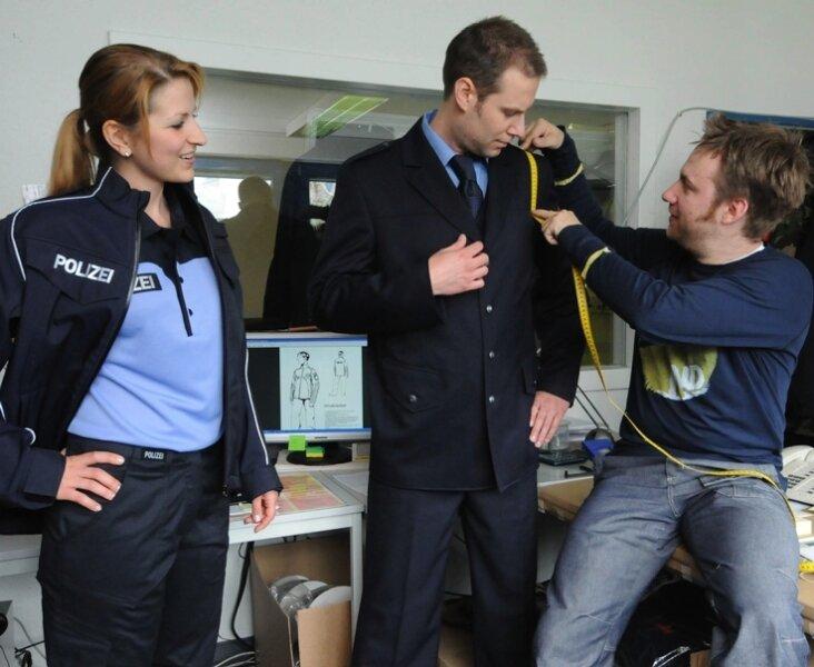 """<p class=""""artikelinhalt"""">Designer Raiko Claus (rechts) von der Entwicklungsabteilung mit den Mitarbeitern Oliver Hasler und Kerstin Leonhardt.</p>"""
