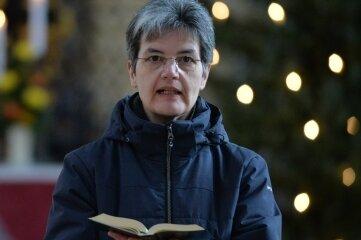 Superintendentin Hiltrud Anacker liest einen Text während der Andacht vor.