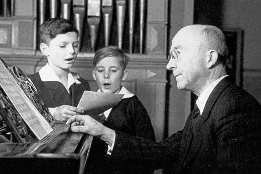 Rudolf Mauersberger 1945 bei der Probe mit zwei jungen Kruzianern. Von 1930 bis 1971 hat der Erzgebirger den Knabenchor aus Dresden geleitet, dabei die Arbeit des Chores neu ausgerichtet.