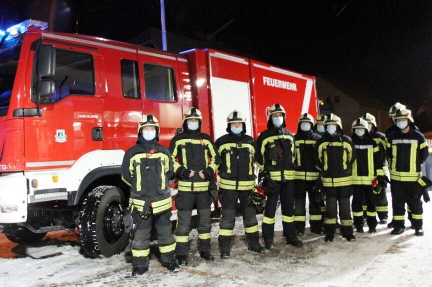 Die Kameradinnen und Kameraden der Bernsbacher Feuerwehr freuen sich über die vielen Vorzüge ihres neuen Logistik-Fahrzeugs.