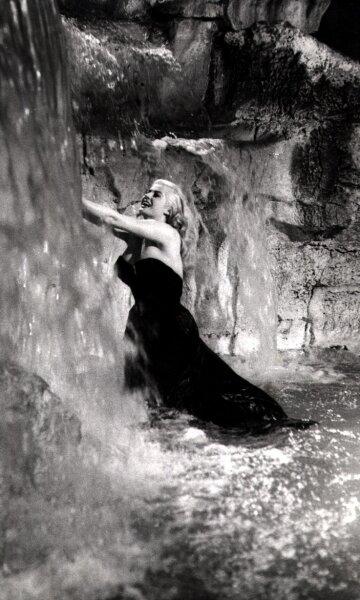 """<p class=""""artikelinhalt"""">Anita Ekberg badet in dem Federico-Fellini-Film """"Das süße Leben - La dolce vita"""" 1959 im Trevi-Brunnen in Rom. Doch was der Schauspielstar einst durfte und was die Ekberg weltberühmt machte, ist dem Normalbürger heute verboten. </p>"""