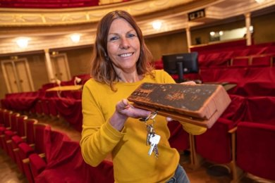 Theatersprecherin Carolin Eschenbrenner mit einem Schlüsselbrett - gefertigt aus dem alten Bühnenboden des Zwickauer Gewandhauses.