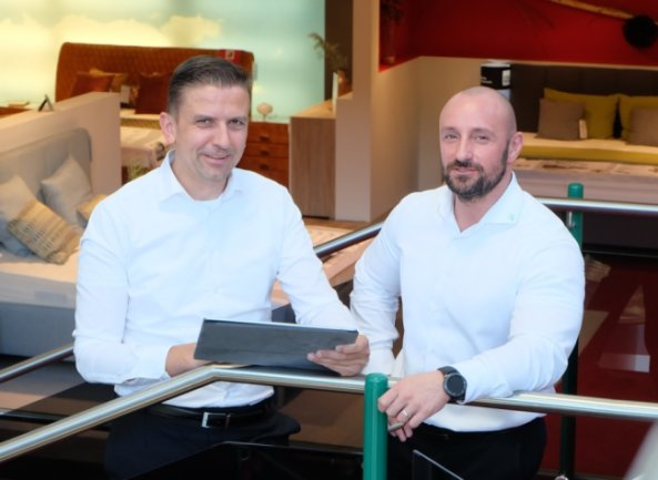 Geschäftsführer Tino Seidel (links) mit Hausleiter Ronny Böhm in der Wohnwelt-Seidel in Lößnitz. Laut Seidel hat die zeitlich begrenzte Mehrwertsteuersenkung keine spürbare Auswirkung.