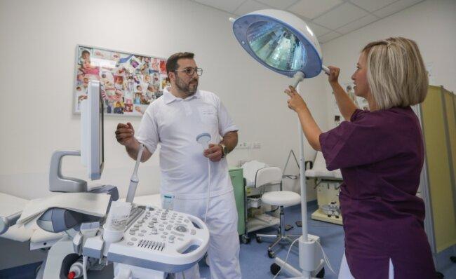 Louay Sheikh Alard leitet die Internationale Praxis am Klinikum Chemnitz, in der auch Krankenschwester Klaudia Goßmann arbeitet. Vorgenommen werden können dort beispielsweise auch Untersuchungen mit einem Ultraschallgerät (links im Bild). Die Finanzierung der Praxis ist nun für weitere zwei Jahre geklärt worden.