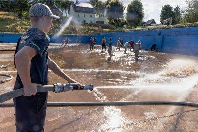 Moritz Fritzsch und zahlreiche andere Freiwillige reinigten am Donnerstag das Becken des Steinbacher Freibads.