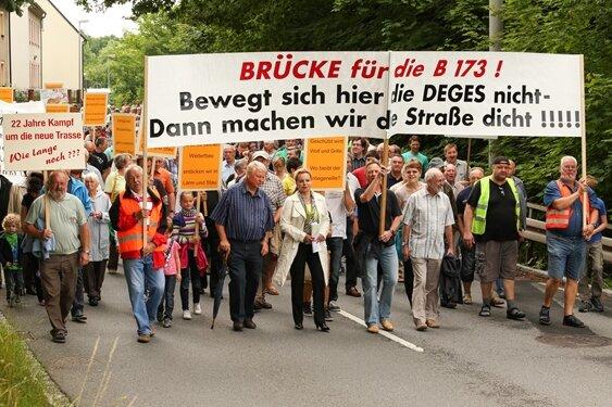Mehrere hundert Menschen demonstrieren in Flöha für den Weiterbau der Flöhaer Ortsumgehung.