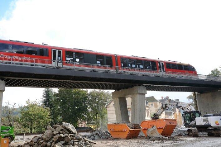 Neues Viadukt in Schwarzenberg: Eisenbahn rollt, Kreisverkehr noch in Arbeit